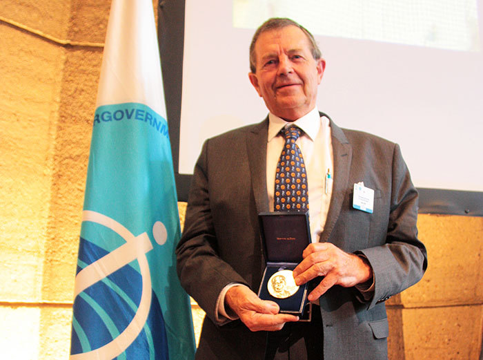 Emer Prof Dr John Field receives the IOC NK Panikkar Memorial Medal for his lecture 'From the Indian Ocean to the World Ocean and back in 50 years'.
