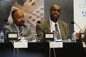 <b>Integration and partnerships</b>: Prof Kelly Chibale (right) addresses the press at the announcement of a R370 million partnership to develop new drugs and vaccines, a significant boost to the local health biotechnology sector. He is flanked by UCT Deputy Vice-Chancellor Prof Thandabantu Nhlapo.