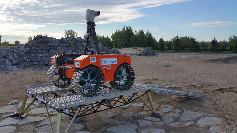 Mission Control Academy rover sitting atop a lander at the start of simulated Mars mission. Photo Paul Rocco.