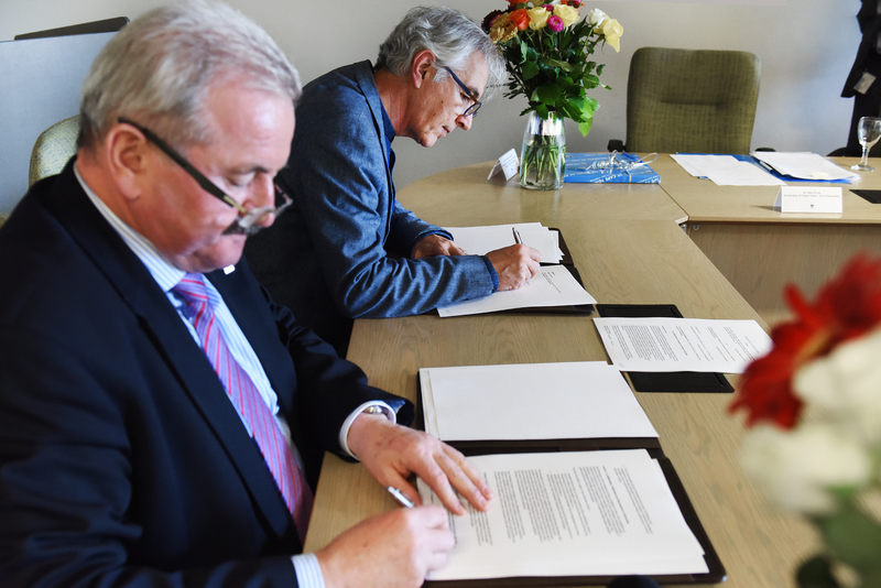 (From left): Prof Reimund Neugebauer and VC Dr Max Price sign an MOU which details a research partnership between UCT and Fraunhofer ISE.
