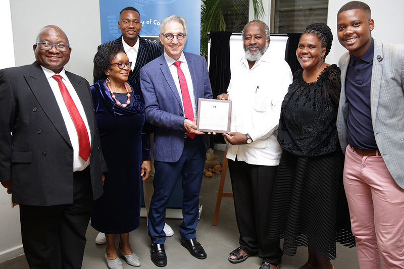 Vice-Chancellor Dr Max Price hands a replica of the plaque on the AC Jordan Building, formerly the Arts Block on University Avenue, to Pallo Jordan (right), on behalf of the Jordan family. Also in picture are (from left) Mathemba Nduna, Nono Nduna, Sihlwele Jordan, Patience Jordan and Hlanga Jordan.