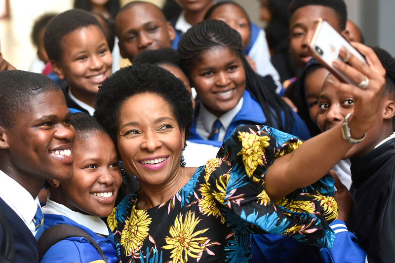 VC Prof Mamokgethi Phakeng has some fun with the grade 12 learners during the Youth Open Day at the Faculty of Health Sciences.