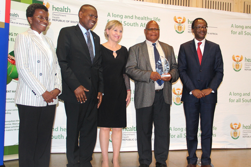 Aaron Mabuza (second from right) with his Lifetime Achievement Award. He is seen here with (from left) executive secretary of the African Leaders Malaria Alliance Joy Phumaphi, Health Minister Dr Zweli Mkhize, MRC president Prof Glenda Gray and Prof Tawana Kupe, VC of the University of Pretoria.