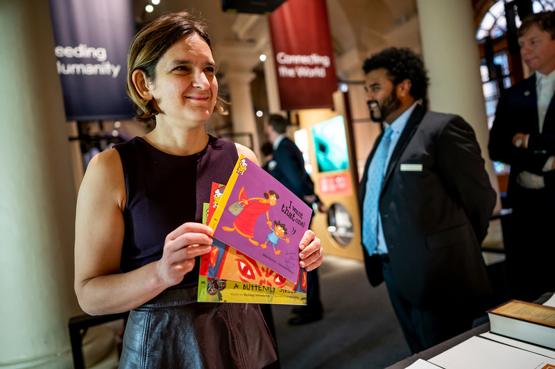 Esther Duflo, Laureate in Economic Sciences, handed over schoolbooks for children that are used in a project in India, that aims to improve learning outcomes.