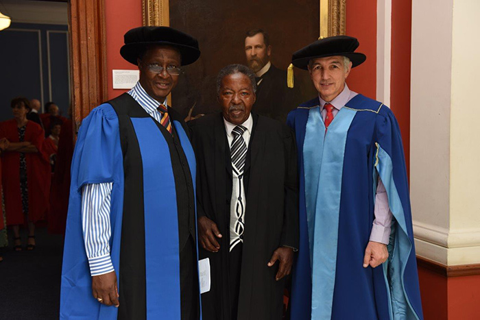 Mda Mda (centre) received the President of Convocation Medal – awarded by Prof Barney Pityana (left) and presented by Vice-Chancellor Dr Max Price (right)