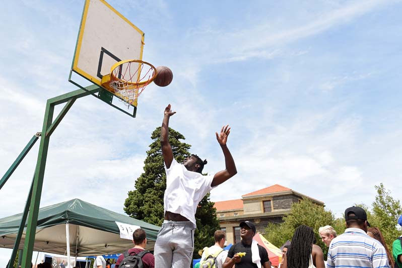 Plaza Week kicked off on Monday, 12 February on Jameson Plaza. This annual event sees clubs and societies from all over campus converge on the plaza to market themselves to Freshers attending UCT for the first time. Pictured here are some UCT Basketball members showing off their skills.